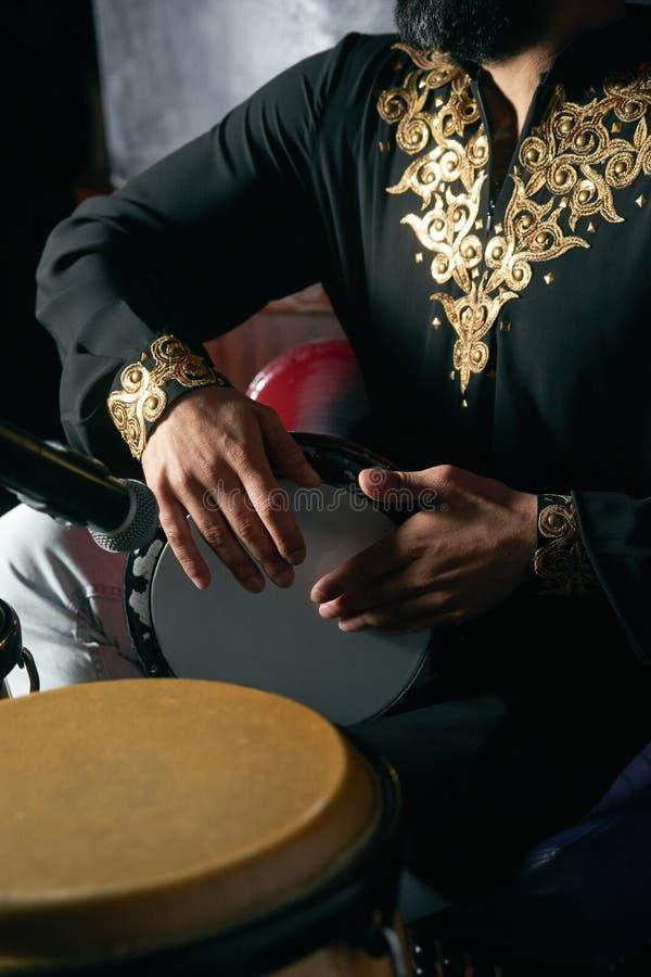 Mannhände, die Musik an djembe Trommeln spielen lizenzfreie stockbilder