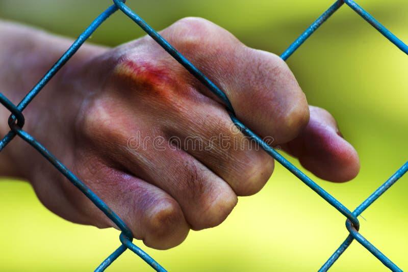 Mannhände im Gefängnis gefangenschaft Armut, leiden lizenzfreie stockfotografie