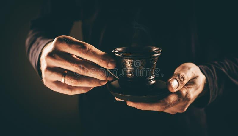 Mannhände mit Tasse Kaffee lizenzfreie stockfotografie