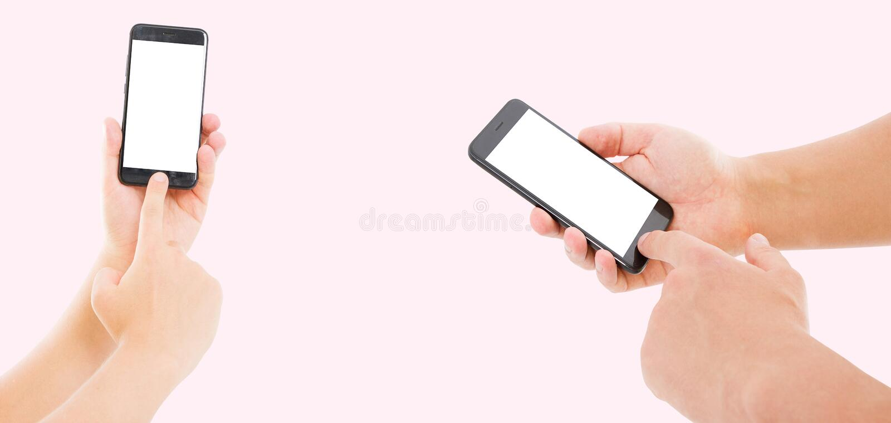 Mannhand, die den schwarzen Smartphone mit leerem Bildschirm und modernem Rahmen weniger Entwurf auf rosa Hintergrund hält stockbilder