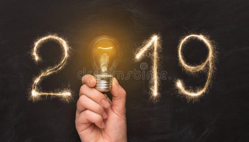 Mannhand, die Glühlampe mit 2019-jährigem hält lizenzfreie stockfotografie