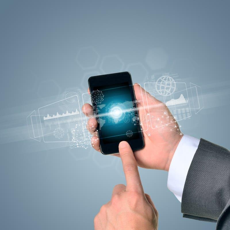 Mannhand, die intelligentes Telefon hält Bild der Weltkarte stockfotos