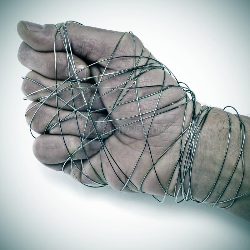 Mannhand gebunden mit Draht lizenzfreie stockbilder