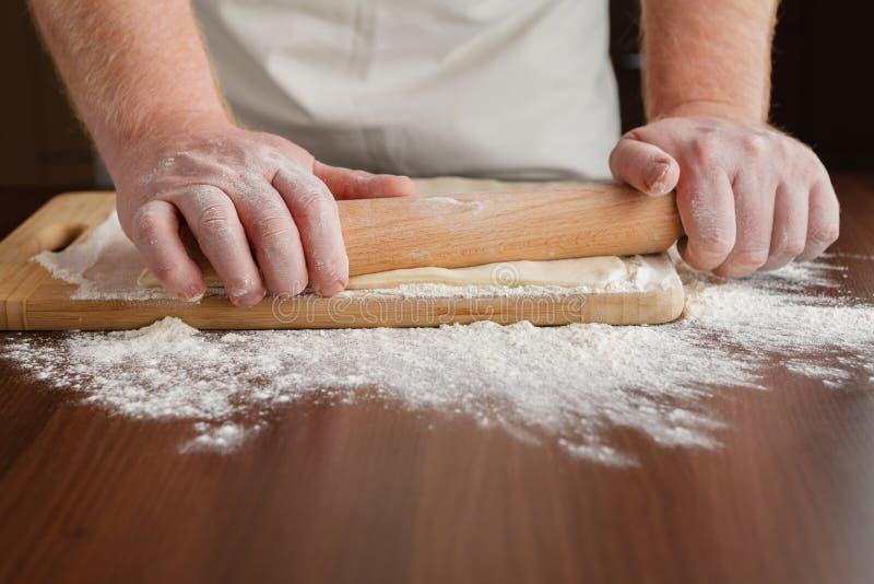 Mannhandroll- outteigabschluß oben Mann, der Teig für cooki zubereitet lizenzfreies stockfoto
