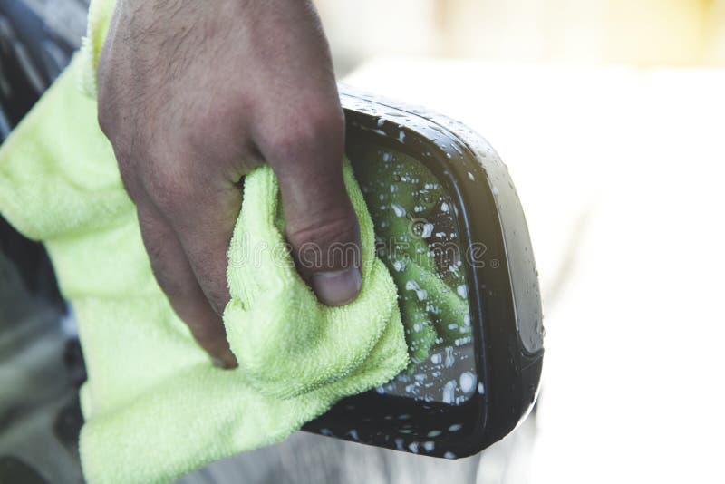 Mannhandstoff-Reinigungsauto lizenzfreie stockfotografie
