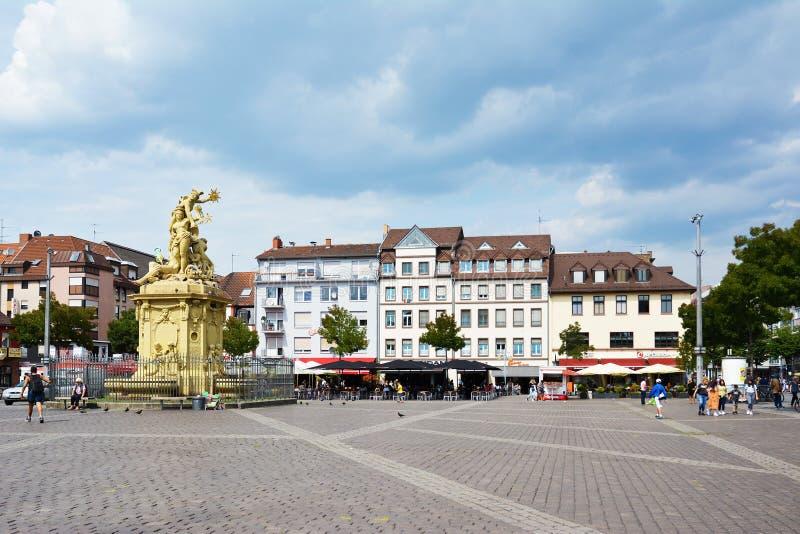 Mannheim marknadsplatsfyrkant med springbrunnen med sculpure av guden Merkur, beskyddaregudinnan och Rhen av Peter skåpbil håla B royaltyfria bilder