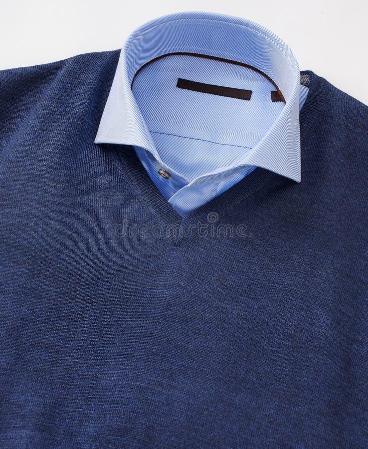Mannhemd mit dem Pullover lokalisiert auf Weiß stockfotografie