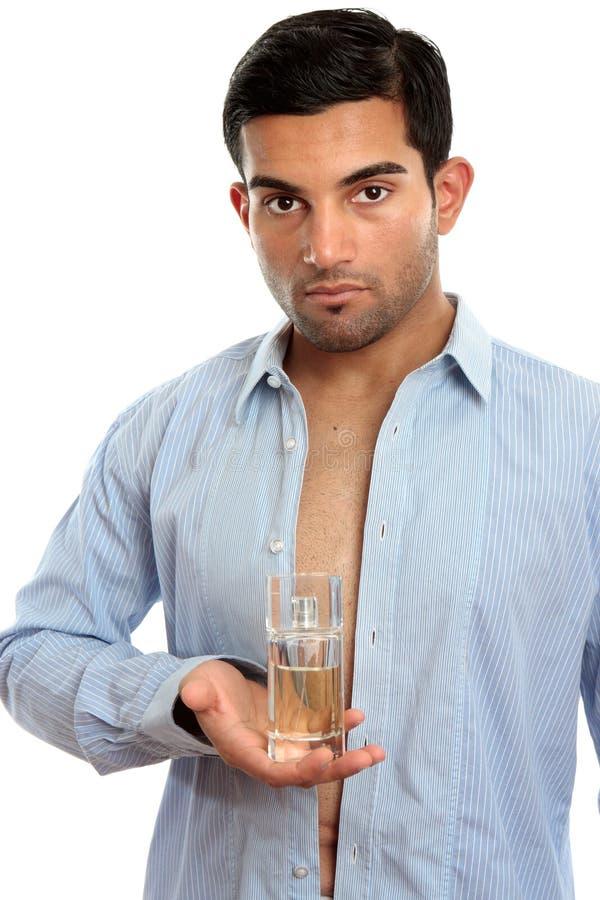 Mannholding-Duftstoffduft lizenzfreies stockfoto