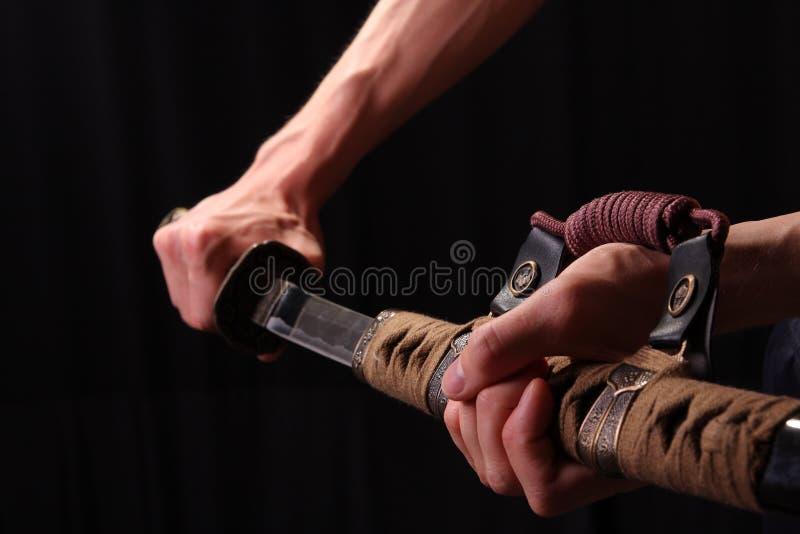 Mannholding-Samuraiklinge lizenzfreie stockfotografie
