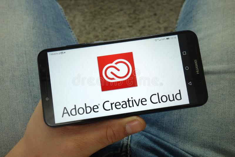 Mannholding Smartphone mit Logo Adobes Creative Cloud lizenzfreie stockfotos