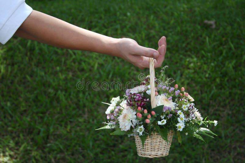 Mannholdingblumenstrauß stockbild