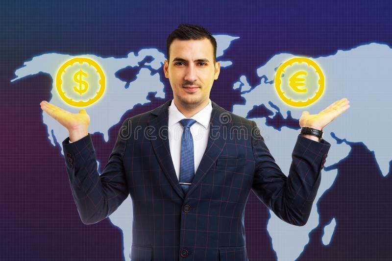 Mannholdingeuro- und -dollarsymbole in den Palmen stockfotos