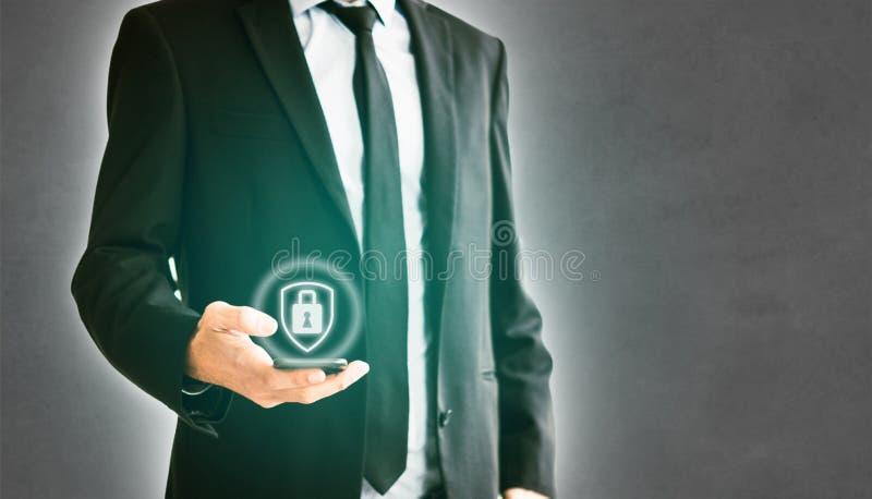 Mannholdinghandy, Geschäftsmann, der Smartphone verwendet stockbilder