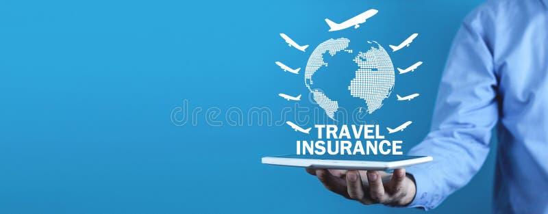 Mannholdingkugel mit Flugzeugen Reiseversicherung lizenzfreie stockfotografie