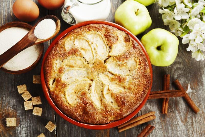 Mannick con las manzanas imagen de archivo