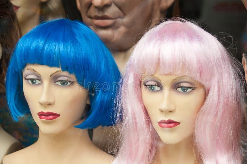 Mannikin si dirige con le parrucche variopinte nella memoria della parrucca immagini stock