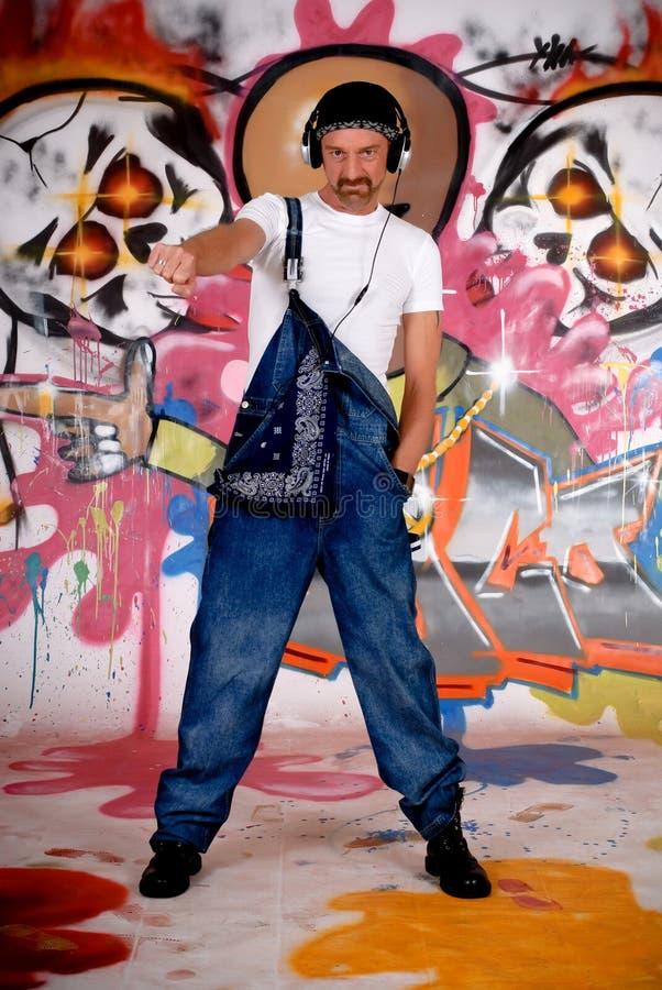 Mannkopfhörer, Graffitiwand stockfotos