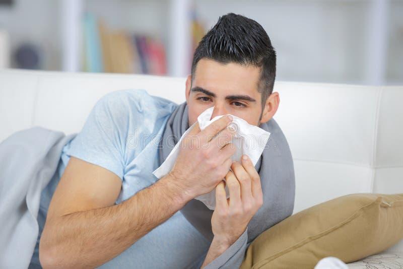 Mannkranker mit Kälten lizenzfreie stockbilder