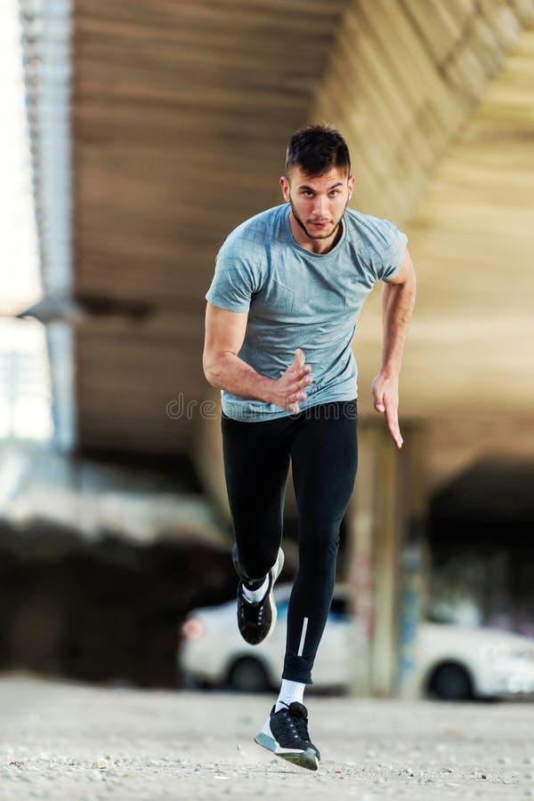 Mannläufer, der intensives draußen ausbilden hat stockfotos