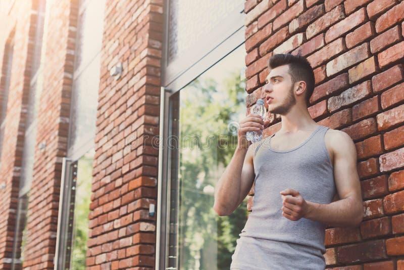 Mannläufer hat Bruch, Trinkwasser stockfoto