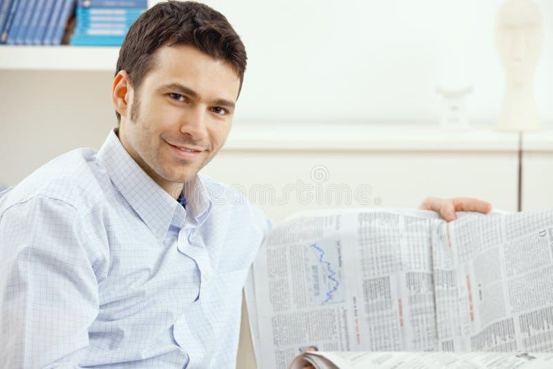 Mannlesewirtschaftsnachrichten lizenzfreies stockfoto