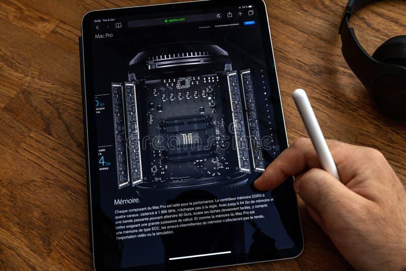 Mannlesungs-iPad Pro über Macproabfalleimerarbeitsplatz lizenzfreie stockfotos
