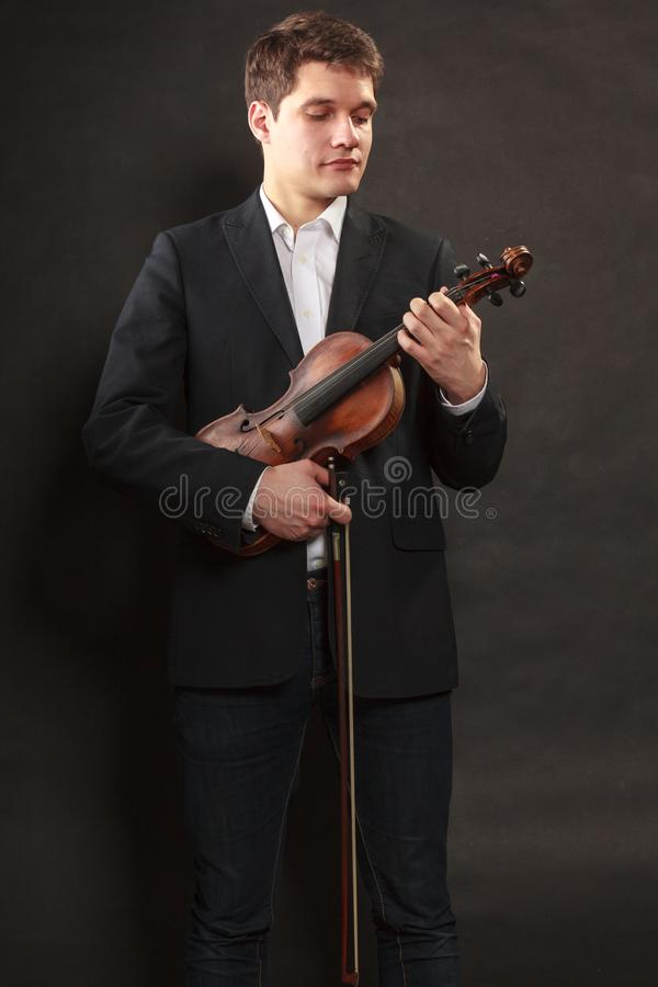 Mannmann gekleidet Violine elegant, halten lizenzfreie stockfotografie