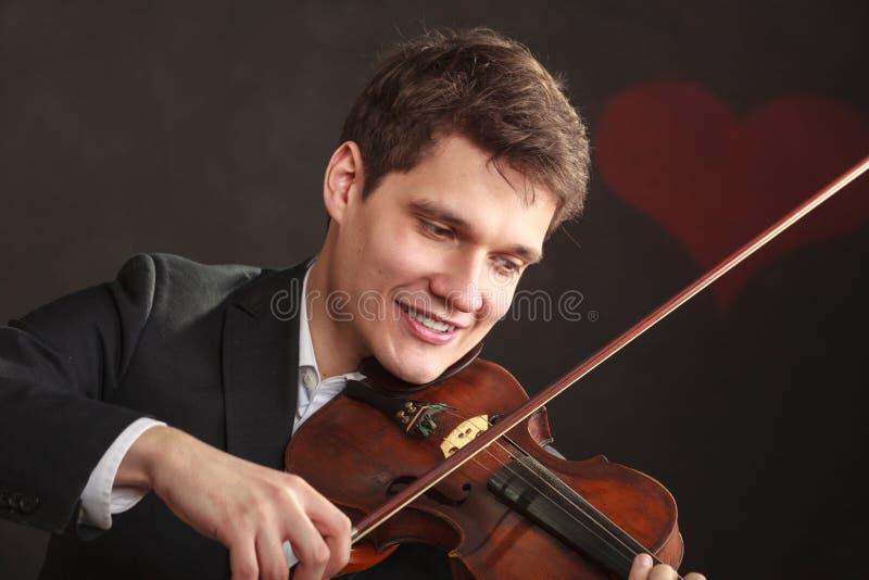 Mannmann gekleidet Violine elegant, spielend lizenzfreie stockbilder