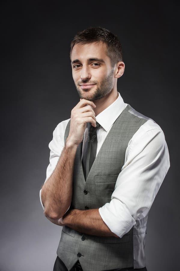 Mannmeditation wird in einem Anzug gekleidet stockbild