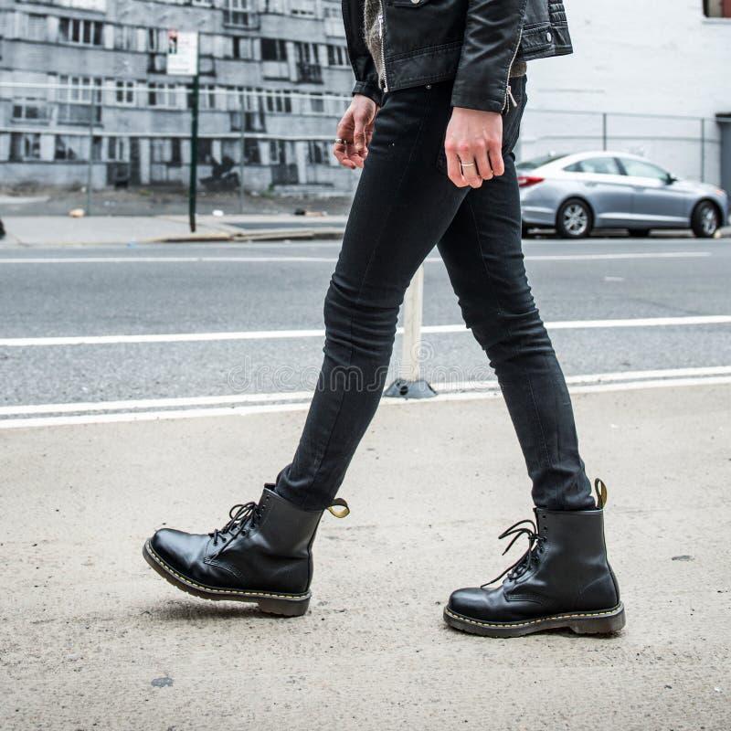 Mannmodekonzept Stilvolle Lederstiefel und Weg des Mannabnutzungsschwarzen draußen  stockbild
