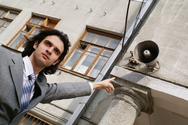 Mannpunkt zum Lautsprecher lizenzfreies stockfoto