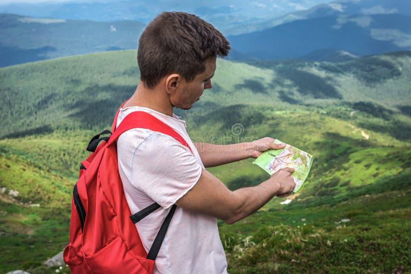 Mannreisender im Freien mit Kartenweg, Sommerreise lizenzfreies stockbild