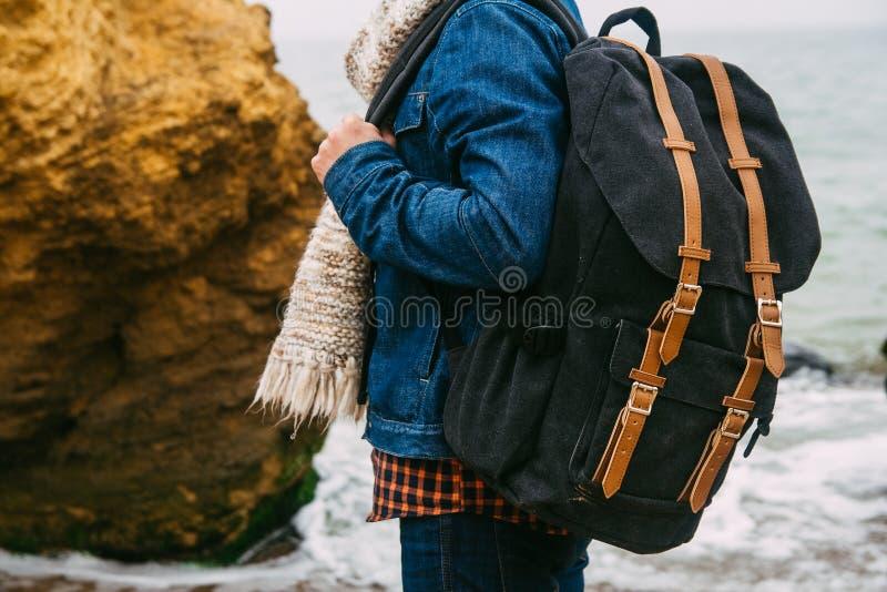 Mannreisender mit Rucksack Das Konzept der Reise entdeckt neue Pl?tze lizenzfreie stockbilder
