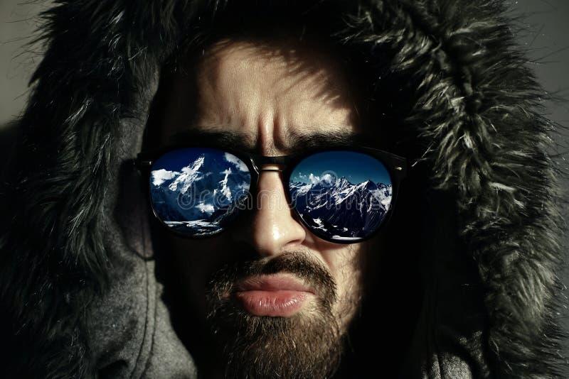Die Reflexion der Winterlandschaft in der Sonnenbrille stockfoto