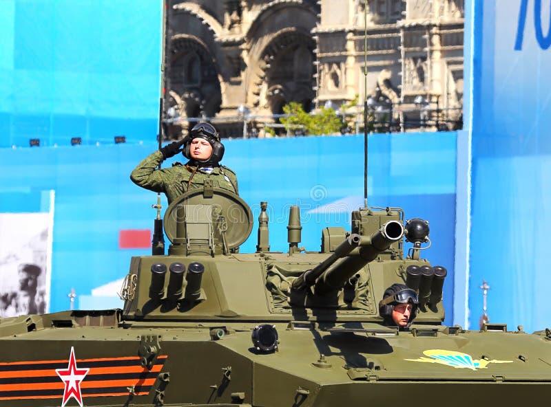 Mannschaft des zerstreuten Kampffahrzeugs auf der zeremoniellen Operation lizenzfreies stockfoto