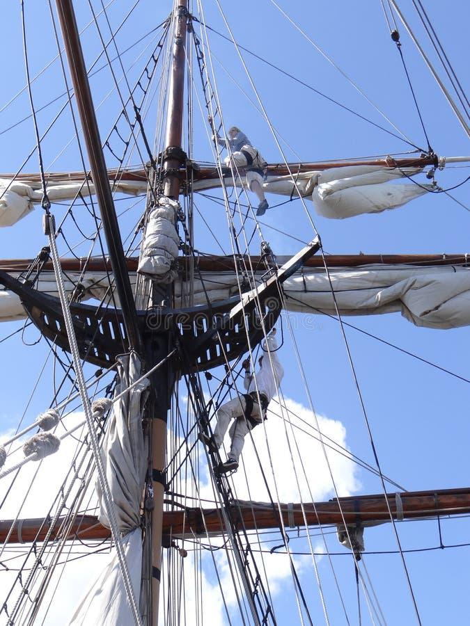 Mannschaft justieren die Takelung und die Segel der Dame Washington lizenzfreie stockfotos