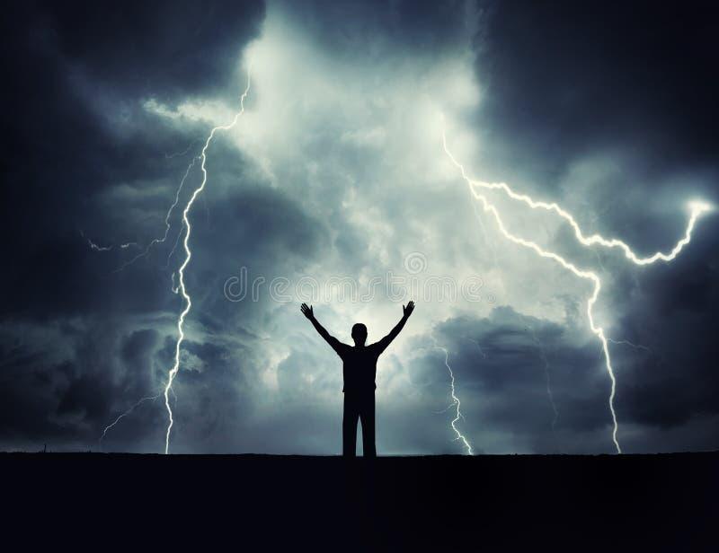Mannschattenbild auf einem Sturmhintergrund Lord des Blitzes stockfotos