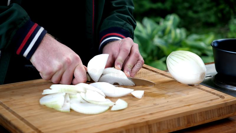 Mannschnitte ein Bogen mit einem Messer Tabelle, Restaurant stockfotografie