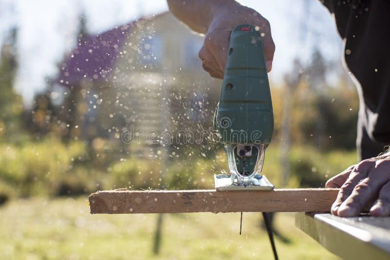 Mannschnittholzprodukt unter Verwendung einer elektrischen zackigen Schreinerei in der SU stockbilder