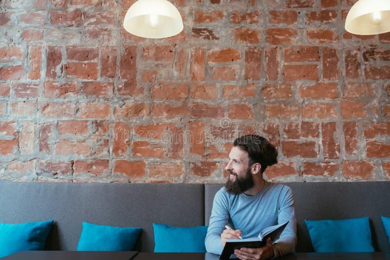 Mannschreibens-Notizbuchplan denken Ideensichtbarmachung stockfoto