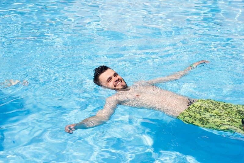 Mannschwimmen im Pool blaues Wasser, Sommer, stockfotografie