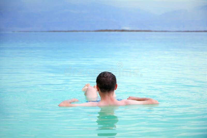 Mannschwimmen im Toten Meer lizenzfreie stockfotografie