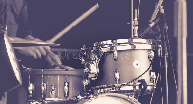Mannspielen Trommeln lizenzfreies stockbild