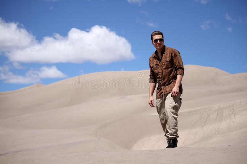 Mannstellung im großen Sanddüne-Nationalpark in Colorado stockfoto