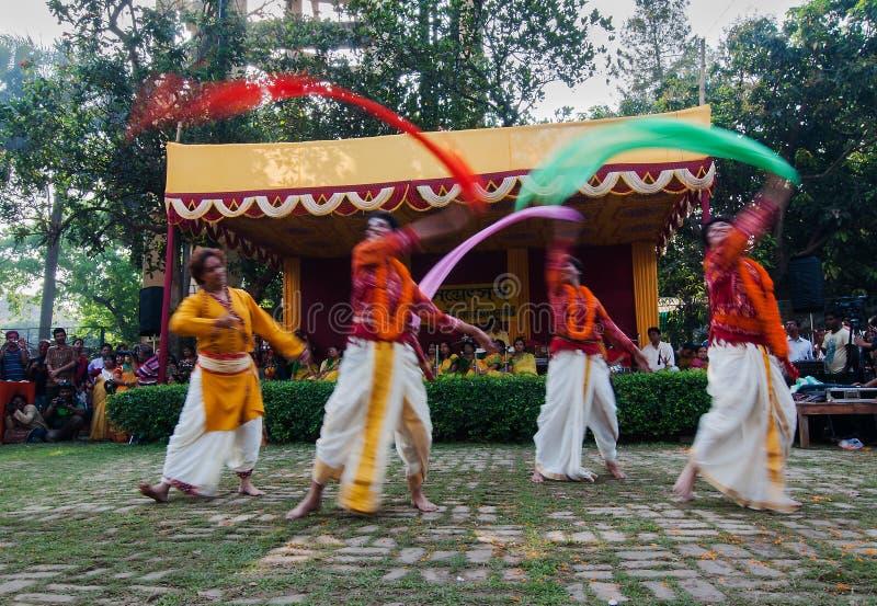 Manntänzer, die in Holi-Feier, Indien durchführen lizenzfreies stockbild