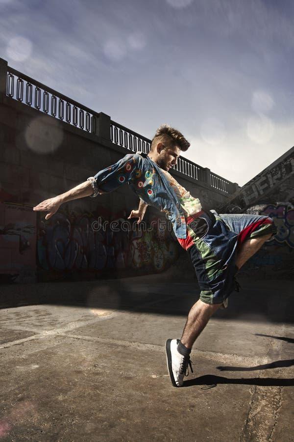Manntanzen Hip-Hop in städtischem stockbilder
