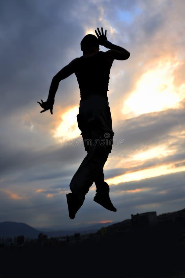 Manntanzen und -c$springen stockfoto