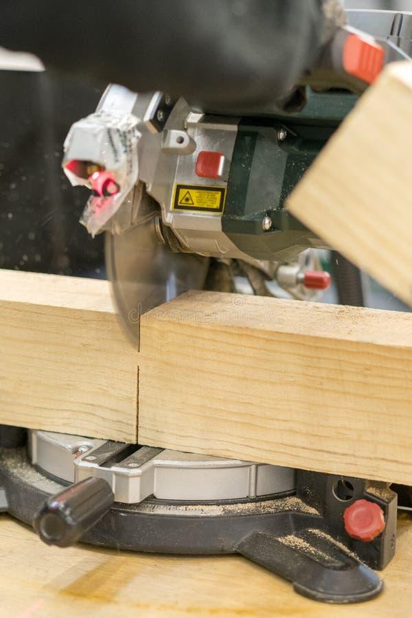Manntischler-Ausschnittholz unter Verwendung der Tabelle sah an der Baustelle stockfotos