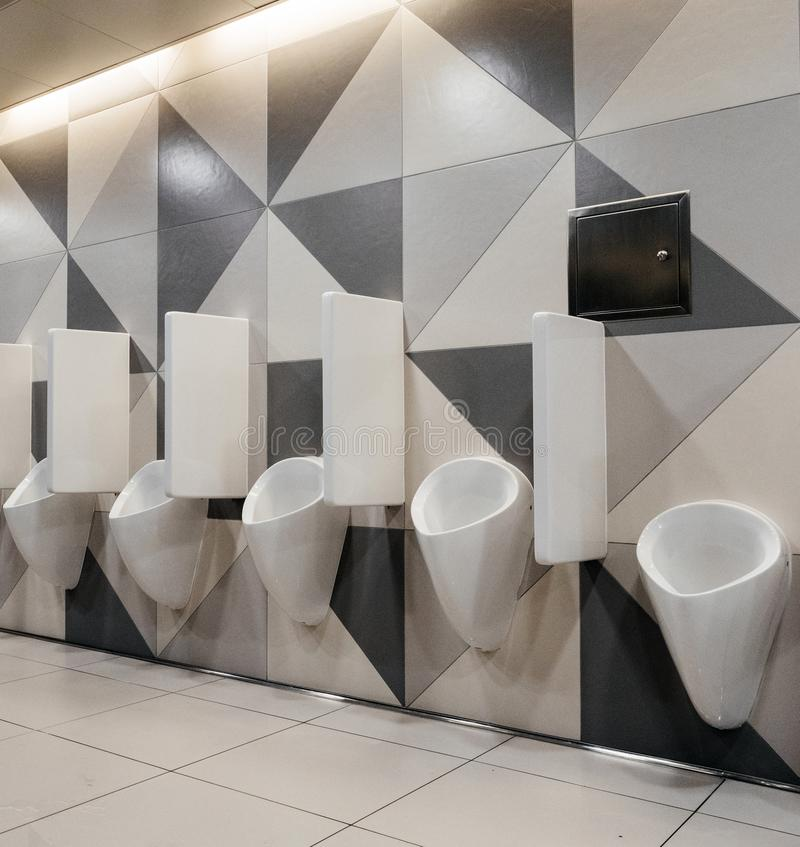 Manntoiletten in der modernen Toilette stockfotos