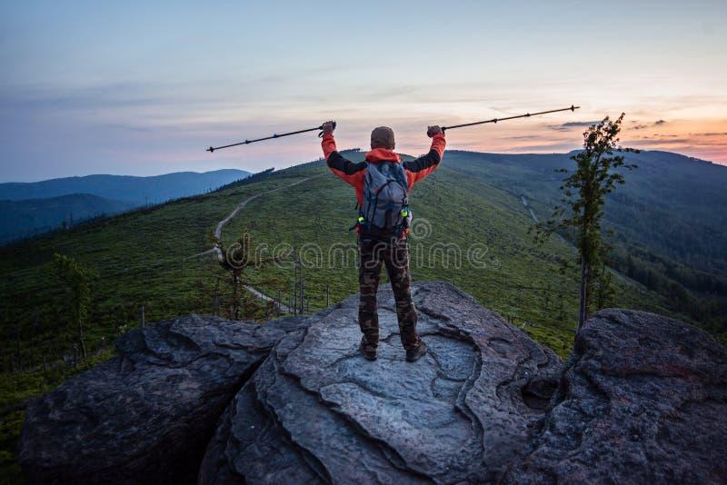 Manntourist an der Spitze des Felsens lizenzfreies stockbild
